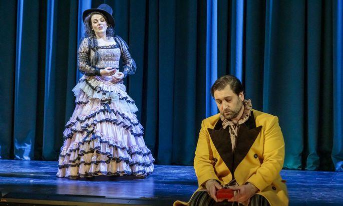 Jeder grapscht sich ein Kostüm: Jana Sibera als Donna Anna, Richard Samek als Don Ottavio.
