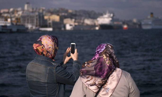 Frauen mit Smartphone in Istanbul