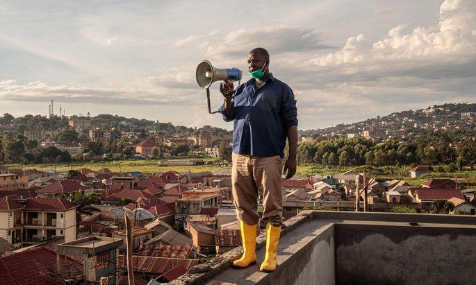 """""""Bleibt zu Hause"""": In Kampala, der Hauptstadt Ugandas in Ostafrika, erklärt ein Behördenvertreter Maßnahmen."""