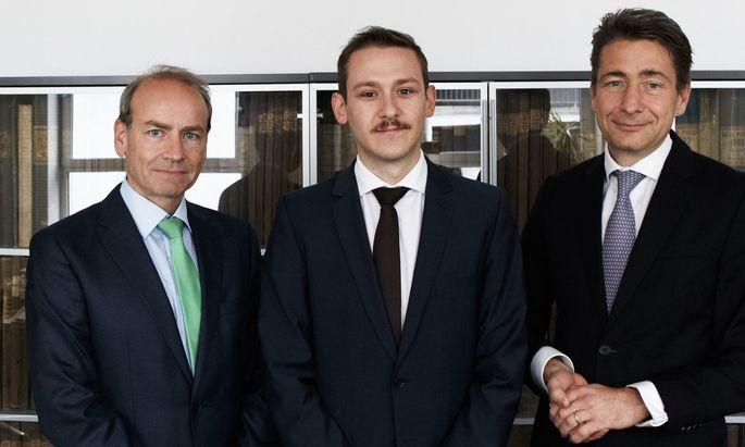 """Schwamberger (M.) hat einen Postgraduate-Studienplatz gewonnen, Lehrgangsleiter Forgó (r.) und Benedikt Kommenda (""""Die Presse"""", l.) gratulieren."""
