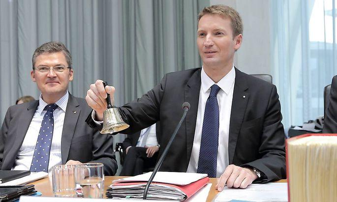 Der Ausschuss-Vorsitzende Patrick Sensburg (mit Glocke)