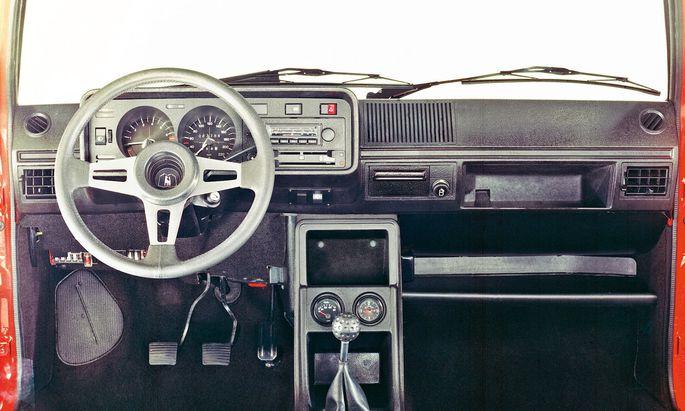 Noch frei von Assistenz und streng analog: Cockpit des ersten Golf GTI, 1976.