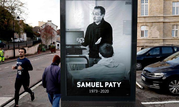 Ein Bild des Lehrers Samuel Paty auf einer französischen Straße.