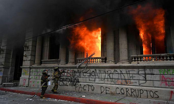 Flammen im Parlamentsgebäude