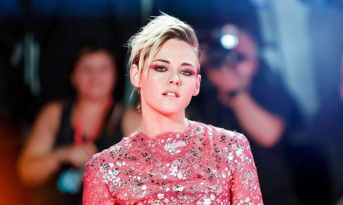 Stewart hatte über mehrere Jahre eine Beziehung mit ihrem Schauspieler-Kollegen Robert Pattinson. Danach war sie unter anderem mit dem Model Stella Maxwell zusammen.