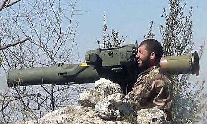 Syrischer Rebell mit TOW-Panzerabwehrwerfer