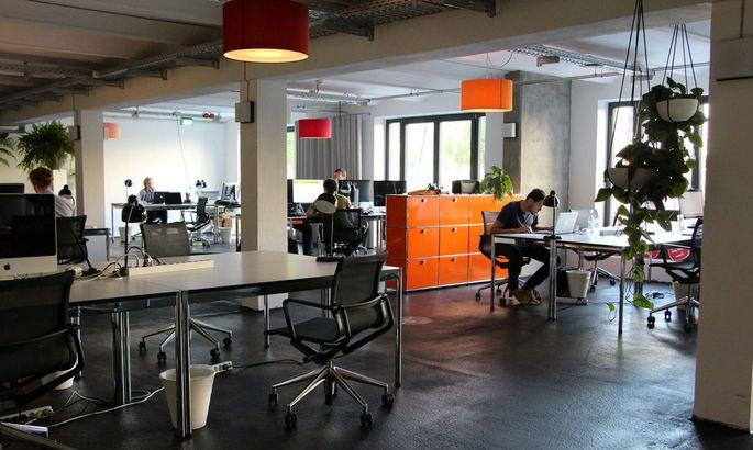 Coworking im Start-up-Campus Factory in Berlin. Etablierte Unternehmen finanzieren den Büroplatz der Gründer mit.