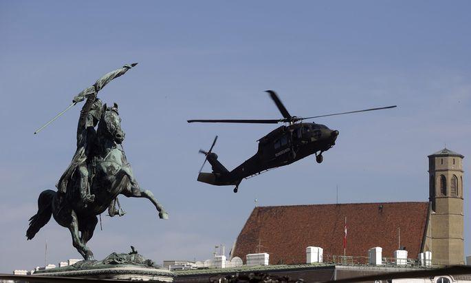 VORBEREITUNG F�R NATIONALFEIERTAG: HUBSCHRAUBERLANDUNG AM HELDENPLATZ