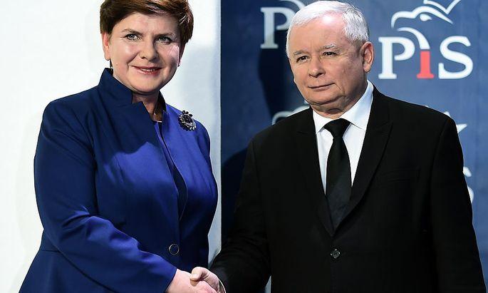 Premierministerin Beate Szydlo und PiS-Parteichef Jaroslaw Kaczynski sichern die Macht ab.