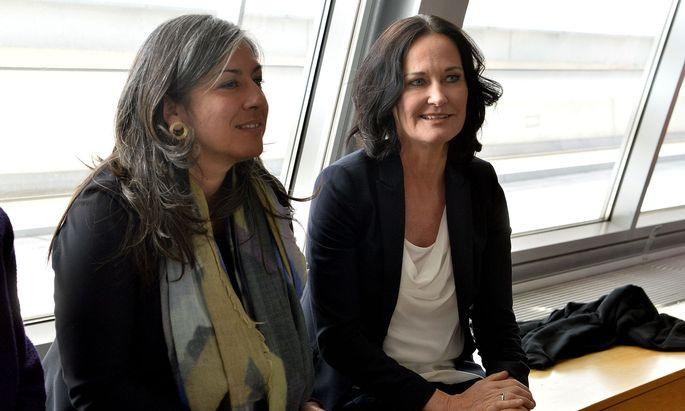 Die grünen Spitzen Maria Vassilakou (Wien) und Eva Glawischnig (Bund; von li.) am Freitag vor einer Krisensitzung.