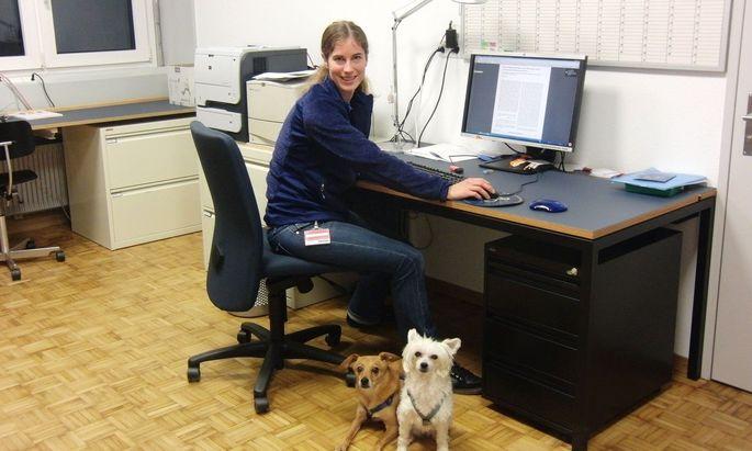 Stefanie Riemer (hier mit ihren eigenen Hunden Nicky und Nayeli) testet an verschiedenen Hunderassen, wie sich deren Emotionen am besten bewerten lassen.