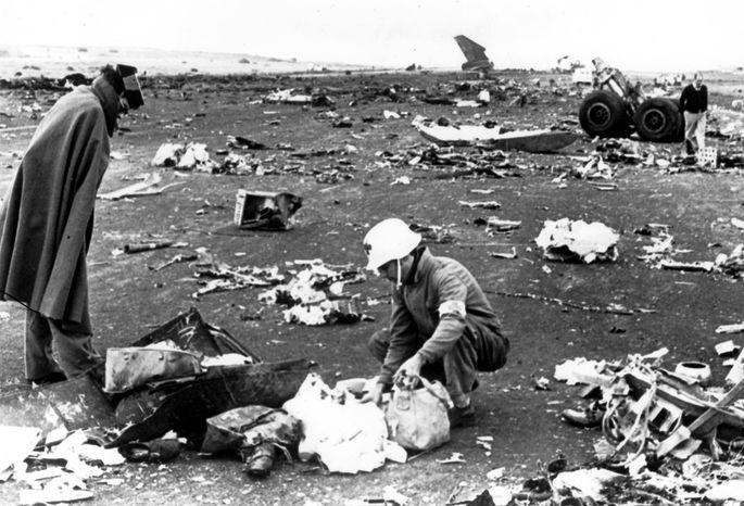 Trümmer und Leichenteile übersäten das Flugfeld.
