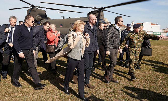 Der griechische Premier Mitsotakis, EU-Kommissionschefin von der Leyen und EU-Ratspräsident Michel und EU-Parlamentspräsident Sassoli nach ihrem Überflug der griechisch-türkischen Grenze.