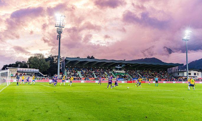 Im Gernot-Langes-Stadion in Wattens (im Bild das Cupspiel der Tiroler gegen Austria Wien im September 2019) war das Unglück vor zwei Jahren geschehen.