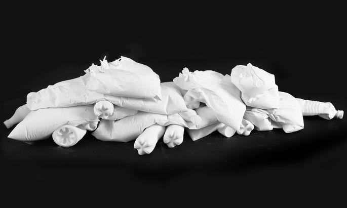 """Auf einer schwarzen Fläche strahlen blütenweiße Gipsabgüsse von Plastikflaschen, die wie Eisschollen angeordnet sind: aus Claudia Märzendorfers Schau """"A Blazing World"""" im Kunst-Haus."""