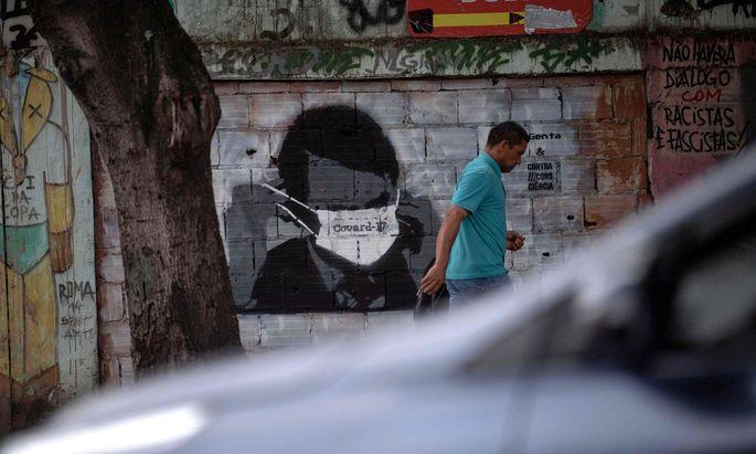 Graffito: Bolsonaro mit Maske.