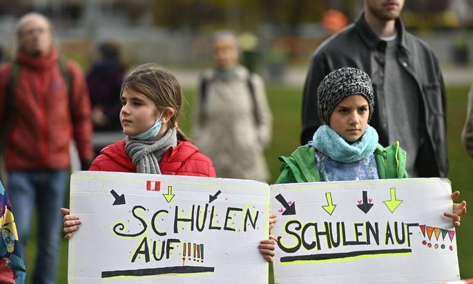 Wien: Eltern und Kinder protestieren für offene Schulen.