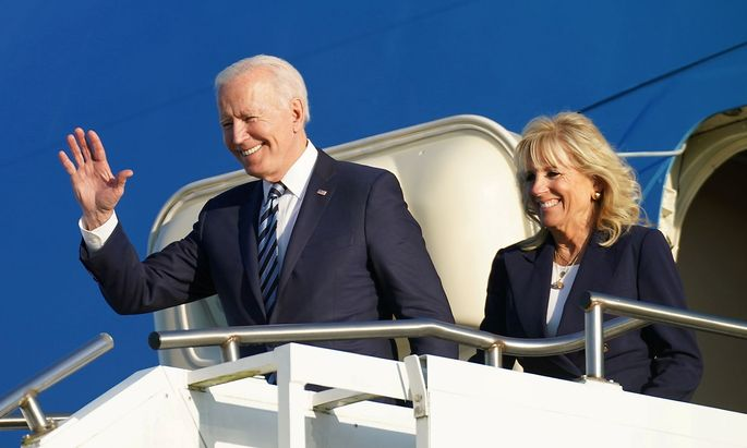 Joe und Jill Biden bei ihrer Ankunft am US-Stützpunkt Mildenhall in Großbritannien. Der Präsident und die First Lady traten am Mittwoch ihre erste Auslandsreise an – mit Stationen in Großbritannien, Brüssel, Rom und Genf.