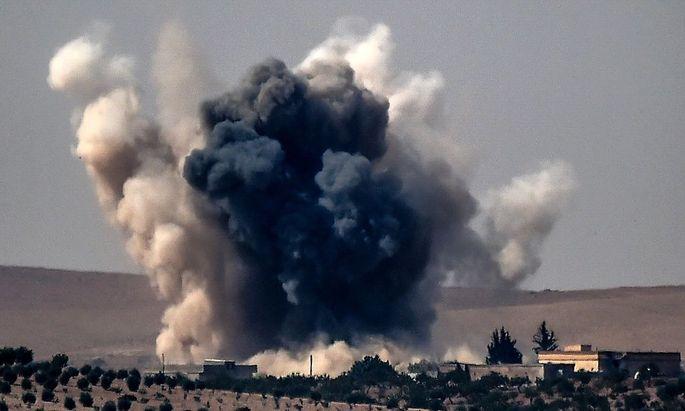 Eine Detonation nach einem Angriff der türkischen Armee im Norden Syriens.