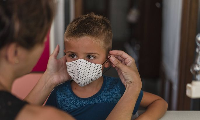 Mother putting the mask on her child Madrid, Community of Madrid, Spain PUBLICATIONxINxGERxSUIxAUTxONLY CR_UZFY201218-5
