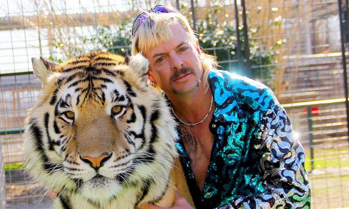 Joe Exotic, wie er sich selber nennt, mit einem seiner Tiger. Mittlerweile sitzt er im Gefängnis.