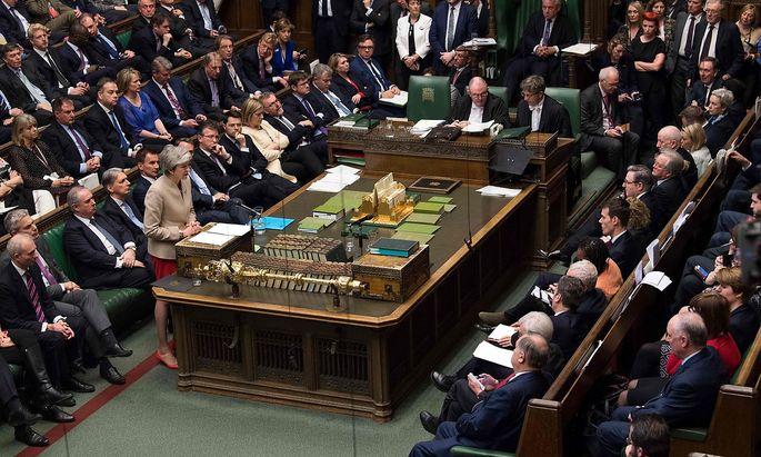 Die britische Premierministerin Theresa May vor der roten Linie im britischen Unterhaus.