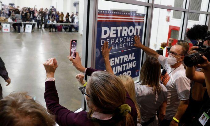 Anhänger Donald Trumps hämmern in Detroit (Michigan) gegen die Fensterscheibe einer Wahlbehörde, in der Briefwahlstimmen ausgezählt werden.