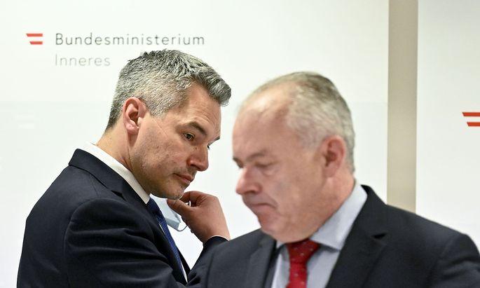 Innenminister Karl Nehammer (L/ÖVP) und Bernhard Treibenreif, Leiter des Einsatzstabes im Innenministerium, bei der Pressekonfernez am Montag.
