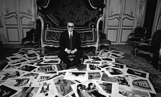 Bildsprache. 1991 posierte Karl Lagerfeld mit selbst geschossenen Fotos.