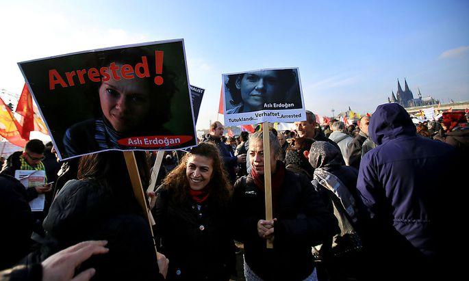 Demonstrationen für die international bekannte Autorin.