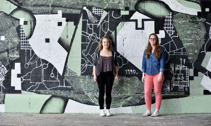 Jana Grassauer und Anna Schögl (v. l.) haben im Mai 2015 maturiert.
