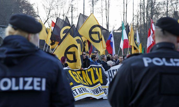 Archivbild: Die Identitäre Bewegung Österreich bei einer Demonstration beim Sammelzentrum an der Slowenisch-Österreichischen Grenze im Gebiet von Spielfeld im November 2015.