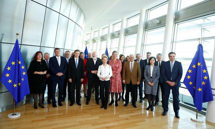 Das Kommissionskollegium unter Präsidentin von der Leyen (Mitte) tagte am Mittwoch erstmals.