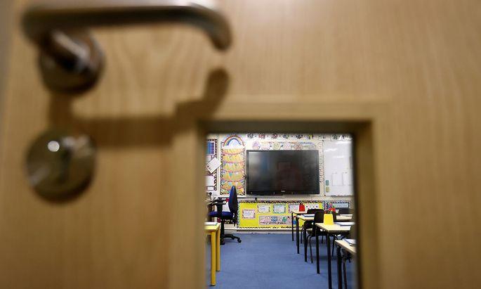 Normalbetrieb wird es in den Schulen nicht so schnell wieder geben. Derzeit wird nach einem Maßnahmenbündel gesucht.
