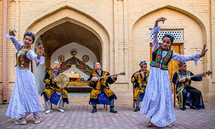 Folkloredarbietung in einer Karawanserei: Ausländische Touristen können bald ungehindert nach Usbekistan reisen.