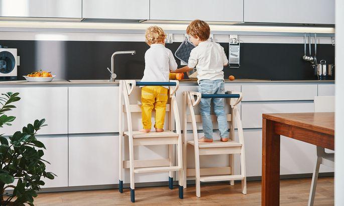 Handgearbeitet: klappbarer Treppen-Stuhl mit Sicherheitsbügel.
