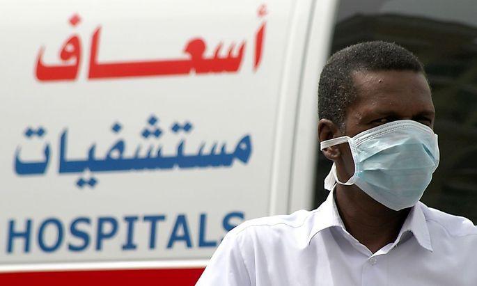 Archivbild: Ein Mann mit einer Schutzmaske in Dammam, Saudi Arabien