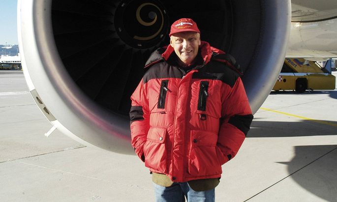 Niki Lauda Pilot und Gruender Niki Air vor einer Flugzeugturbine