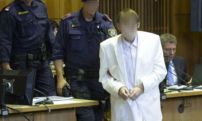 Zu seiner Hauptverhandlung im vergangenen September erschien Alen R. im weißen Anzug.