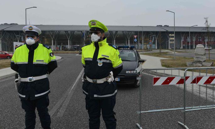 Italienische Polizisten mit Mundschutz