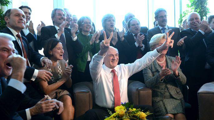 Der siegreiche Erwin Pröll in seinem Büro im Kreise seiner Vertrauten bei der Landtagswahl 2013.