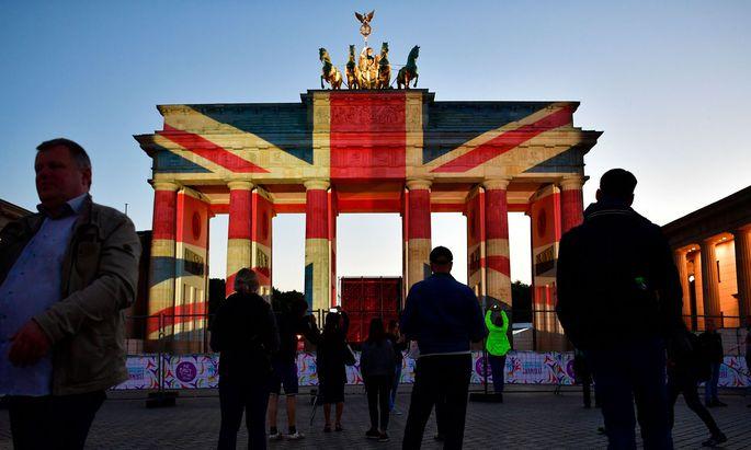 Als Zeichen der Solidarität mit den Opfern des Anschlags in London ist am Sonntagabend das Brandenburger Tor in Berlin in den britischen Nationalfarben angeleuchtet worden.