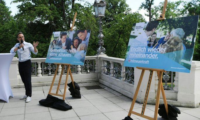 """""""Wieder unter Menschen"""": Peter L. Eppinger, Sprecher der """"türkisen Bewegung"""", präsentierte am Freitag die Sommerkampagne der ÖVP in der Parteiakademie in Wien-Meidling."""