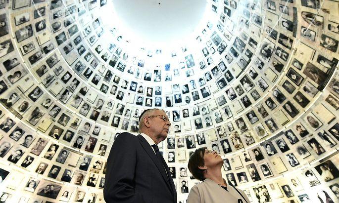 Bundespräsident Alexander Van der Bellen mit seiner Frau Doris Schmidauer in der Holocaust-Gedenkstätte Yad Vashem.