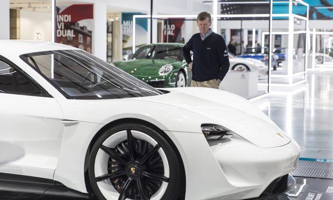Sound of Silence: Skeptischer Blick des Vollgas-Maestro Walter Röhrl, 71, auf die Studie des 2019 kommenden, rein elektrischen Porsche Mission E.