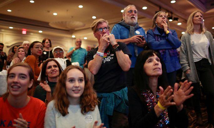 Unterstützer einer demokratischen Kandidatin in Kalifornien