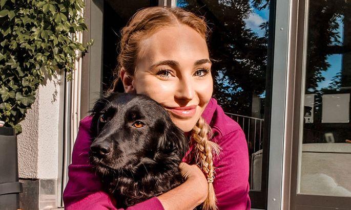 """Hund Geri ist auch am Set von """"Hashtag Daily"""" immer an Anna Juliana Jaenners Seite."""