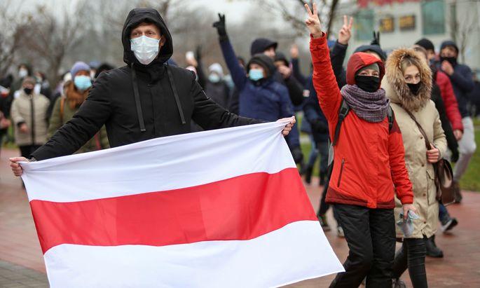 Die weiß-rot-weiße Fahne, das verbotene Zeichen der Demonstranten, war am Sonntag wieder zu sehen.