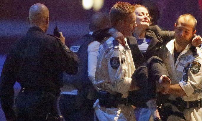 Die Polizei rettet mehrere Geiseln aus den Händen eines mutmaßlichen Islamisten.