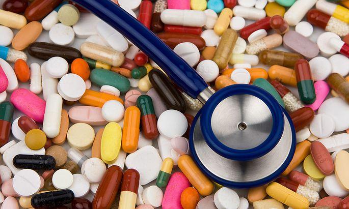 Tabletten und ein Stethoskop zu Heilung